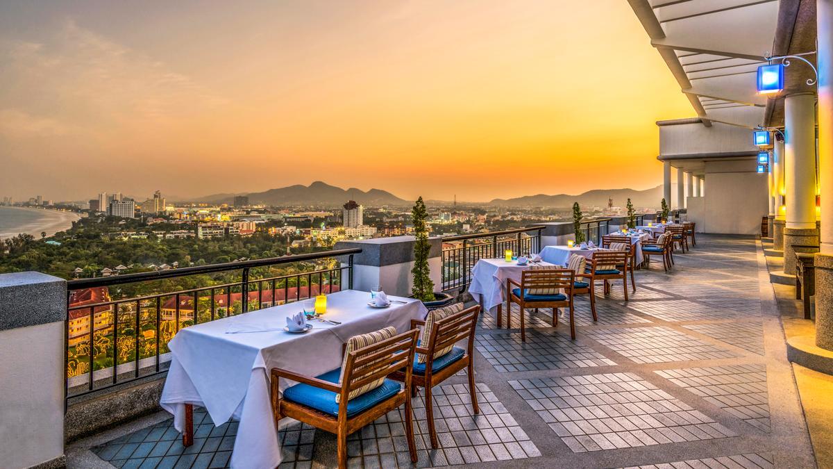 Lige i centrum og direkte ved stranden ligger Hilton Hua Hin Resort & Spa.